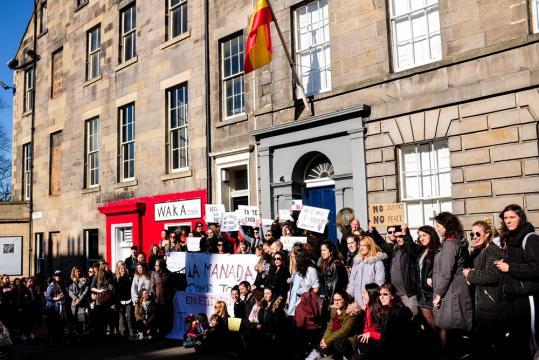Españoles en Edimburgo se reúnen delante del consulado