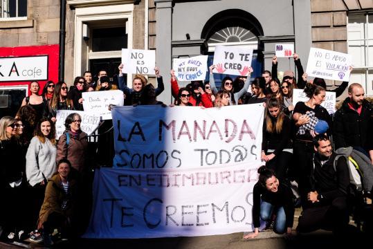 Españoles reunidos delante del Consulado de España en Edimburgo