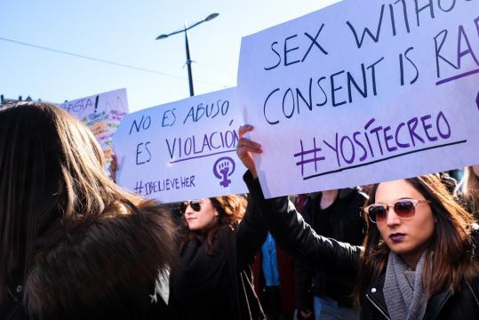 Pancartas en contra de la sentencia judicial