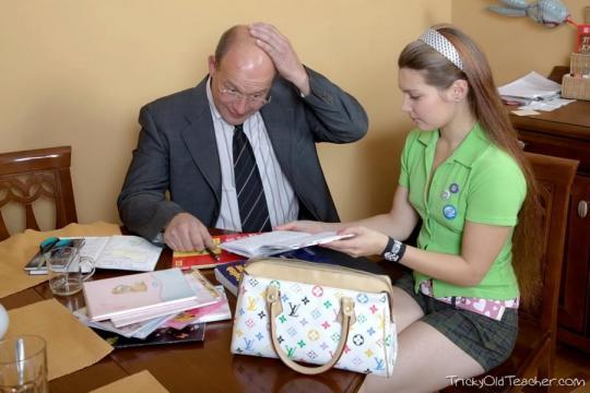 Svetlana Topol foi demitida do cargo de professora por terem descoberto sua profissão de atriz de filmes adultos.
