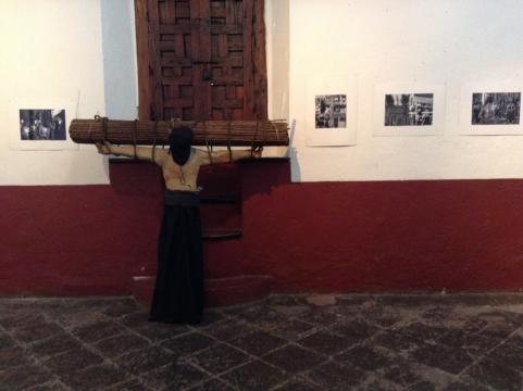 Principia el museo la experiencia con una colección de fotos y unas estatuas vivientes.