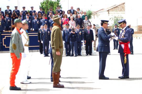 El director del AGA hace entrega de un recuerdo ndel día al Jefe de Estado Mayor del Aíre acompañado de pilotos con uniformes históricos