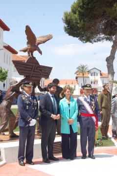 El presidente autonómico de Murcia y la ministra junto a los mandos de la academia y del aíre tras inaugurar el monumento conmemorativo