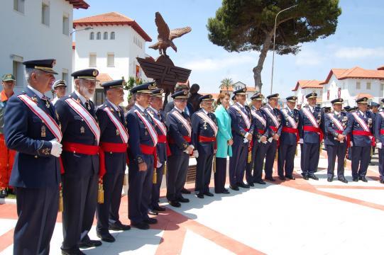 La ministra con diferentes mandos del Ejército del Aíre incluido el último graduado vivo de la primera promoción