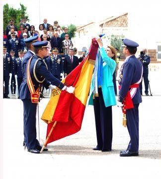 La ministra de defensa impone la Cruz al Mérito Civil a la bandera de la Academia General del Aíre