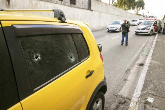 Bandidos pretendiam roubar o carro do policial na Avenida do Estado