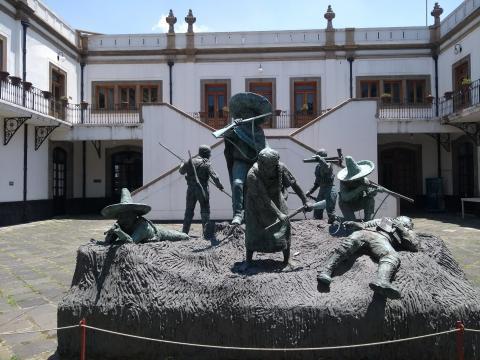 En honor a la revolución mexicana, el gran patio luce una escultura folclórica en bronce.