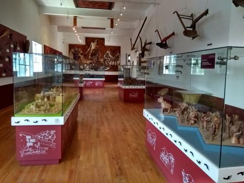 Toda la planta alta está llena de vitrinas en cuyo interior, nos narran la historia, miles de artesanías.