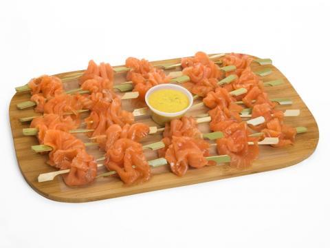 Bandeja de brochetas de salmón ahumado. Acompañado de tostas ... - pasteleria-mallorca.com