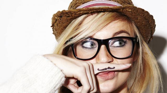 Utilizadas como complemento estético, las gafas denotan distinción e inocencia