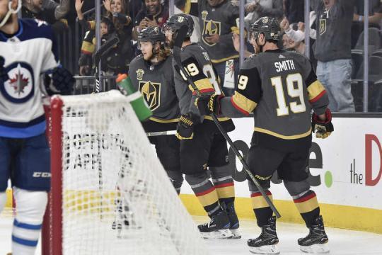 Vegas volvió a tener un forecheck ejemplar cuando ejecutaban el dump and chase. NHL.com.