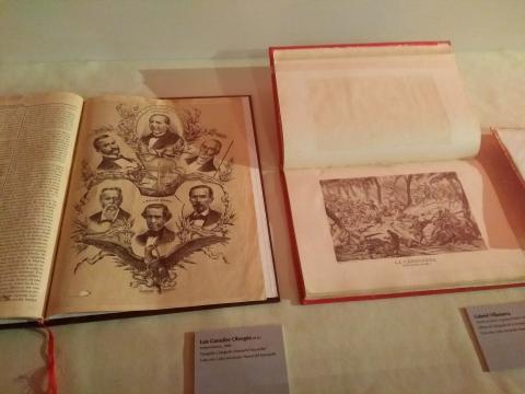 Algunos códices, libros Coloniales y publicaciones del SXIX distribuidos en vidrieras se exhiben.