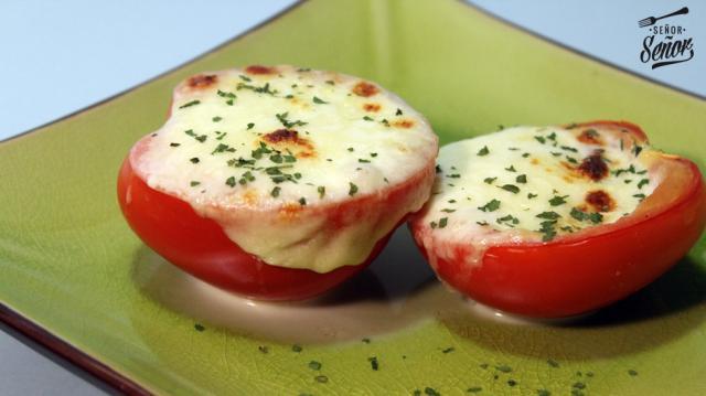 Tomate relleno de mozzarella gratinada al horno. Un aperitivo ... - elmundo.es