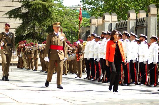La nueva Ministra de Defensa pasa revista a las tropas acompañada del JEMAD
