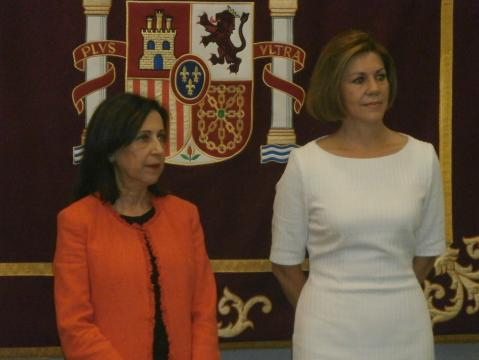 Las dos ministras en la ceremonia de relevo
