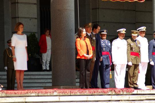 Las ministras entrante y saliente junto a las autoridades militares adscritas al ministerio