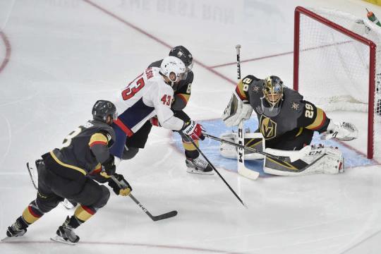 Wilson fue otra presencia física para los Caps en el juego 1. NHL.com.