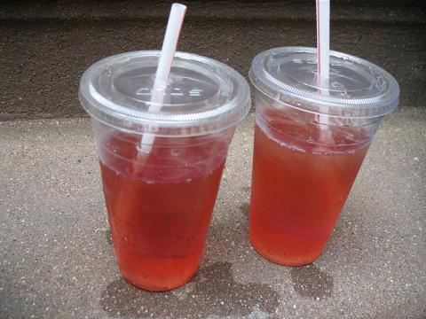 White Zin in plastic cups (Image credit – Kynaki, Wikimedia Commons)