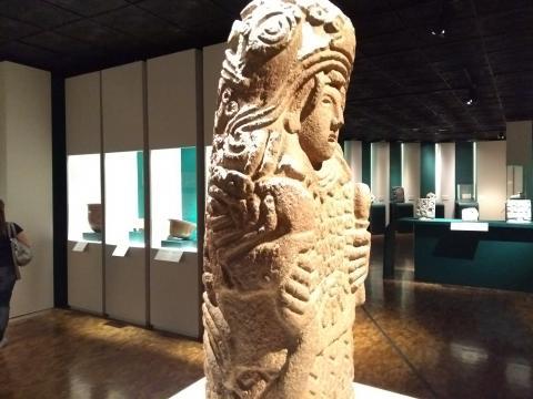 Los monolitos, la cerámica polícroma, los murales, los relieves abren la flor ancestral.