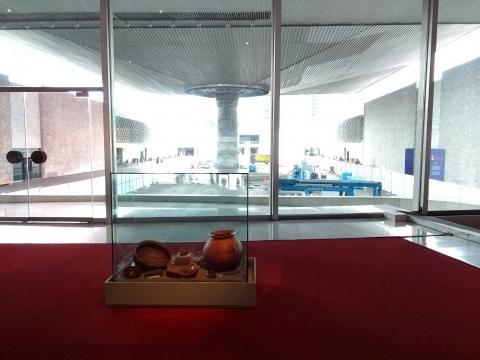 Por vez primera, desde su inauguración, se da una mano al Paraguas del Patio Central.