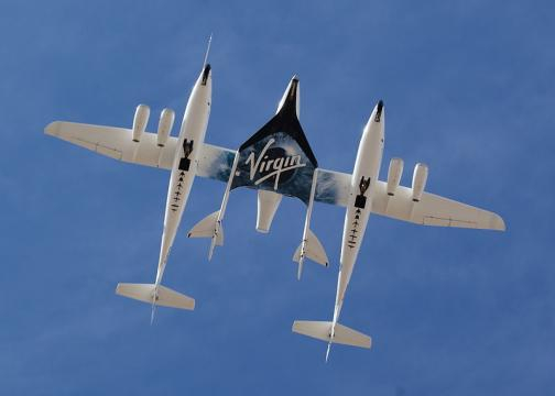 White Knight Two and SpaceShipTwo directly overhead during a flyby at Spaceport America (Image credit – Jeff Foust, Wikimedia Commons)