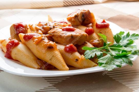 Conchiglioni pastas con pollo guisado — Fotos de Stock © Romensky ... - depositphotos.com