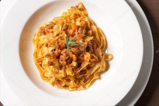 Stills italianas: Tallarines con salsa de jabalí — Foto de stock ... - depositphotos.com