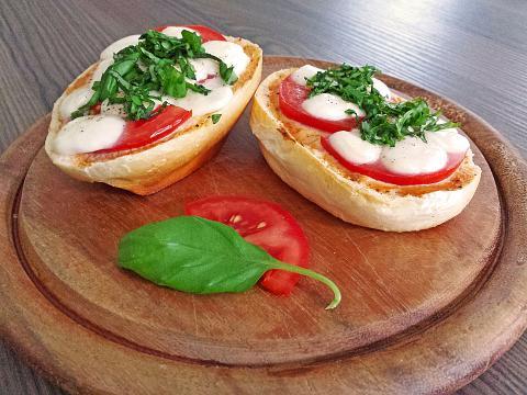 Tomate-Mozzarella-Brötchen von DennisHorstick | Chefkoch.de - chefkoch.de