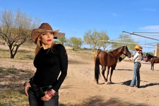 Depuis 2005, la chanteuse est exilée aux USA ! Ici, la chanteuse pose pour une séance photo dans son ranch en Arizona, en 2008.