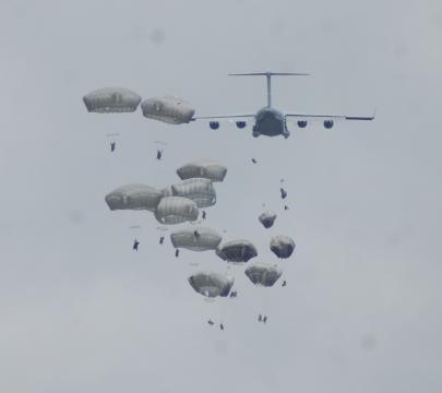 Desde los C-17 Globemaster empiezan los lanzamientos, estos terminarán algo accidentados