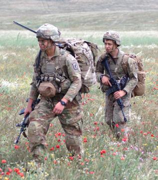La operación sigue para ambas tropas pese a los incidentes al aterrizaje
