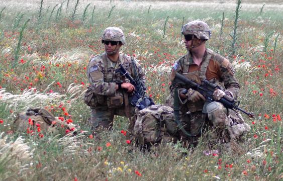 Los soldados americanos a la espera en un punto de reunión
