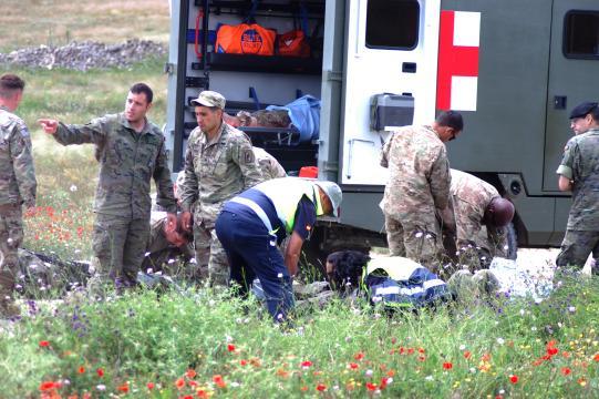 Sanitarios de España y EEUU atienden a los heridos en el salto