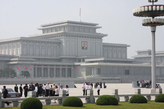 Visitors at the Kumsusan Memorial Palace in Pyongyang (Image courtesy – Mark Scott Johnson, Wikimedia Commons)
