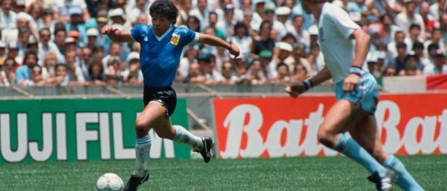 Maradona in una sequenza tratta dal 'gol del secolo' contro l'Inghilterra nel 1986