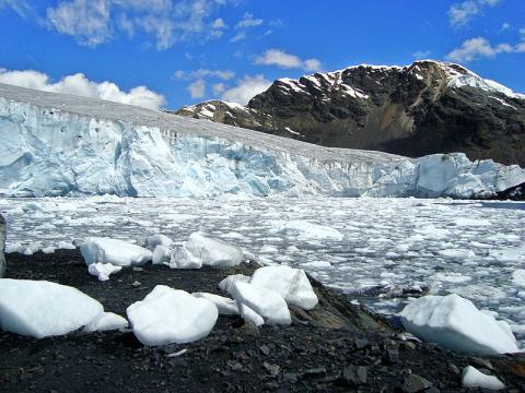 Pastoruri glacier in central Peru in the Cordillera Blanca. - [Image courtesy – Edubucher / Wikimedia Commons]