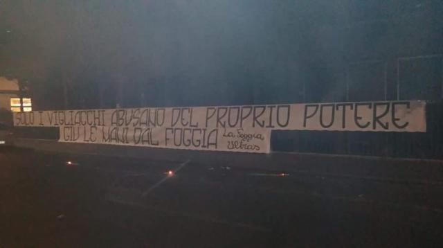 Lo striscione esposto dai tifosi del Foggia di fronte alla sede del Tribunale Nazionale Federale della FIGC a Roma.