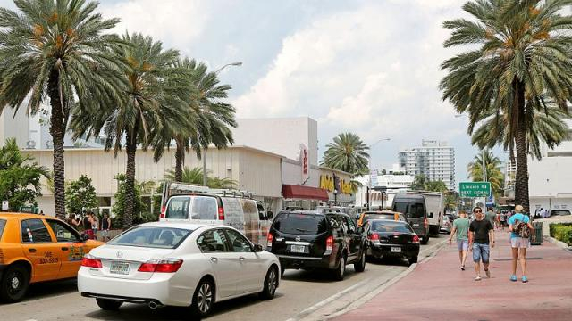 USA - Miami Beach, Collins Avenue (Image courtesy – Banja-Frans Mulder, Wikimedia Commons)