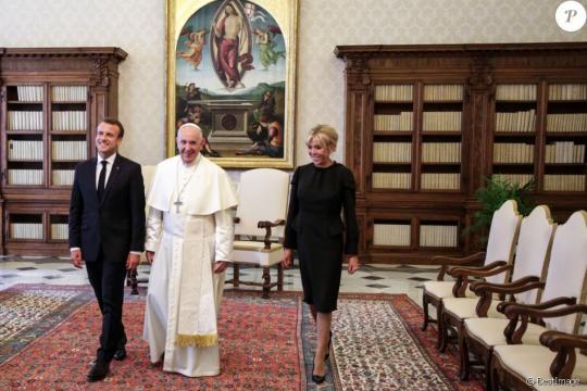 Brigitte Macron irréprochable en noir pour rencontrer le pape au ... - purepeople.com