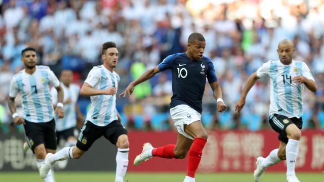 Mbappé volvió loca a la defensa de Argentina. FIFA.com