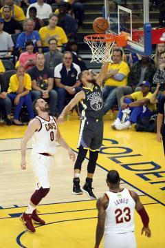 Stephen Curry otra vez liquidó en la pintura a Kevin Love. NBA.com.