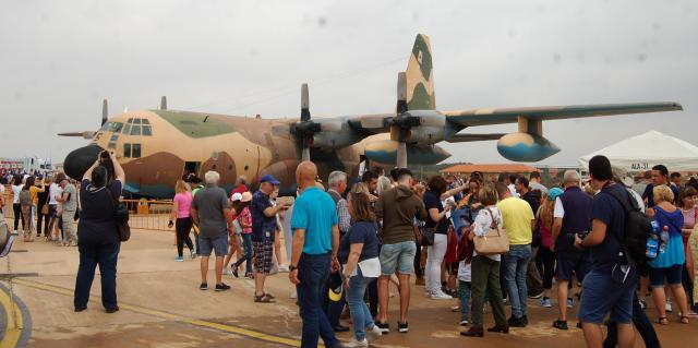 El interior de los aviones de transporte fueron visitados por el público