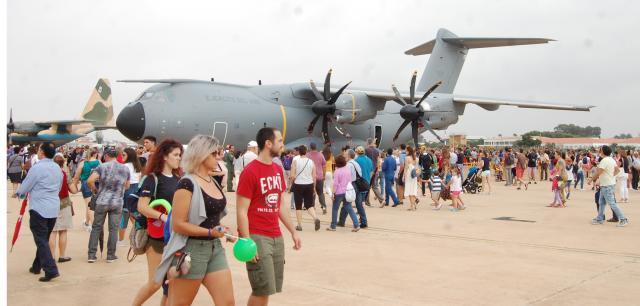 El publico inunda la base de san Javier eentre los aviones expuestos en pista