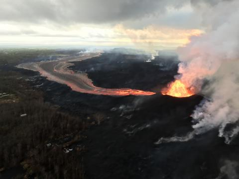 Espectacular erupción de volcán en Hawái