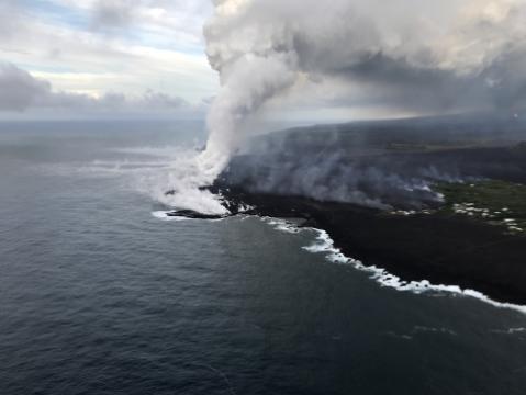 La lava llega al mar en la erupción de Hawái