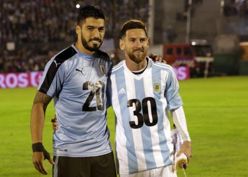 Suárez y Messi posan en la cancha con un mensaje de apoyo al ... - golecuador.ec