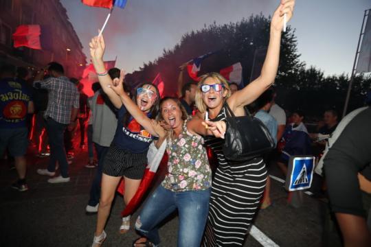 VIDEO. Ambiance de folie à Lisieux après la victoire des Bleus ... - actu.fr