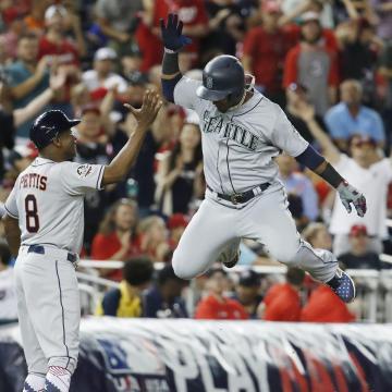 Jean Segura parecía llevarse el MVP del partido con su HR de 3 carreras. MLB.com