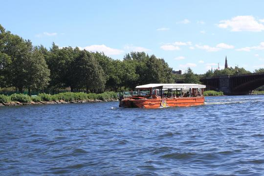 A duck boat in the water (Image source – Captain-tucker, Wikimedia Commons)