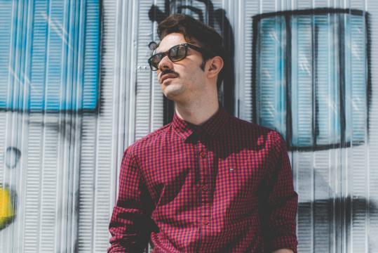 JurijGami, il 21enne cantautore comasco che ha esordito con il brano Christian De Sica. (ph. MorningBell)